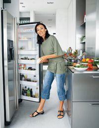 Женщина у открытого холодильника