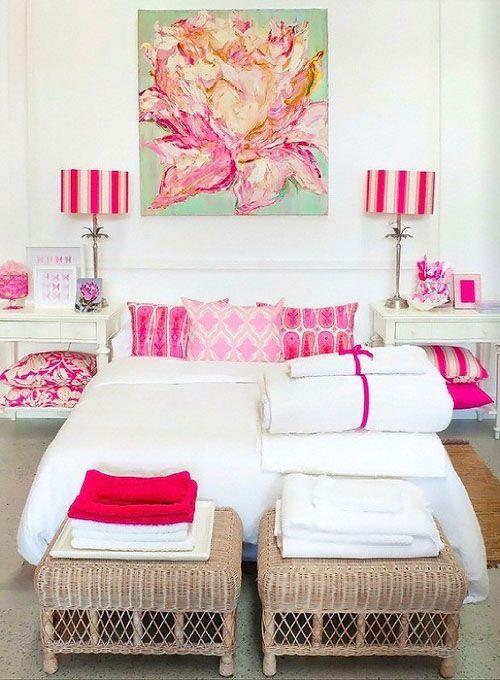 Бело розовая спальня
