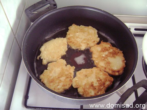 Обжариваем сырники в сковороде