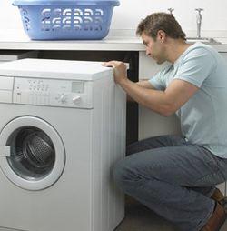 Мужчина устанавливает стиральную машину