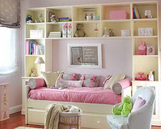 Розовый диван в детской