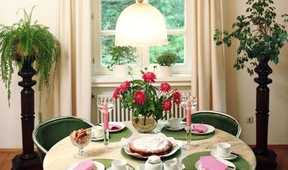 Красно-розовые цветы на столе