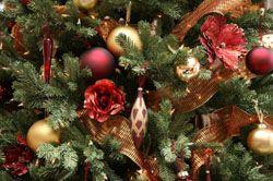 Улочные игрушки и электрогирлянды на новогодней елке