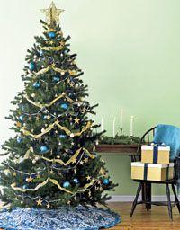 Искусственная наряженная елка