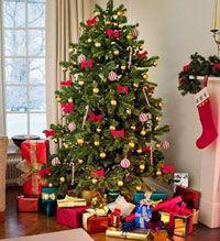 Искуственная елка с игрушками и украшениями