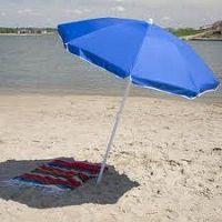 Синий пляжный зонт на песке