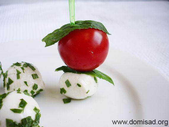 Нанизываем помидорку