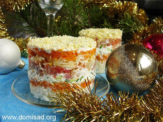 Новоодний салат с красной рыбой и рисом