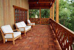 Веранда с деревянным полом