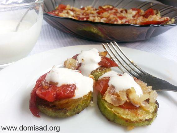 Жареные кабачки с помидорами и соусом