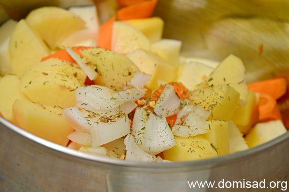 Нарезаем овощи и закладываем их в кастрюлю