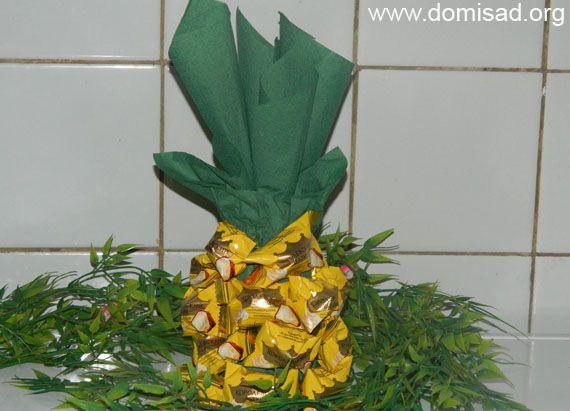 Делаем ананас из конфет и шампанского