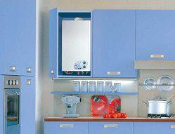 Газовый котел в шкафу на кухне