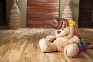 Ребенок на ламинированном полу
