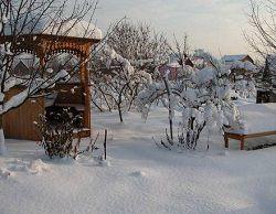 Беседка на даче под снегом