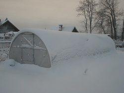 Теплица из поликарбоната в снегу