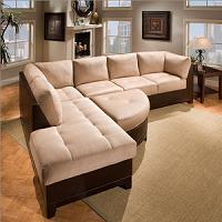 Угловой диван с пуфом в гостиной
