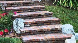 Кирпичные ступеньки в саду