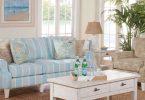 Голубой диван с подушками