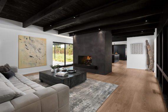 Деревянный черный потолок
